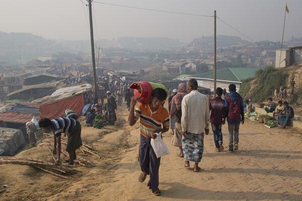 V utečeneckých táboroch v Bangladéši momentálne žije približne 740-tisíc Rohingov.