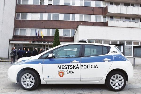 Mestskí policajti v Šali udelili takmer sto pokút.