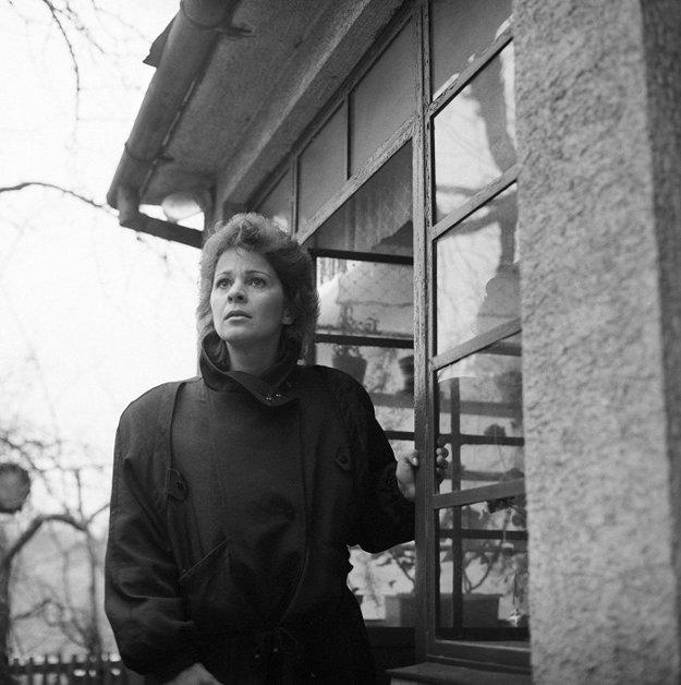 V roku 1987 si zahrala v poetickom filme Začiatok sezóny v réžii Zora Záhona.