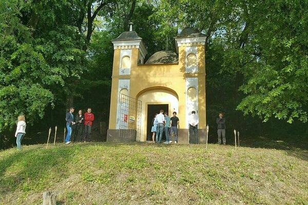 Kaplnka v Horných Kočkovciach je jednou z mála zachovaných historických stavieb v okolí.