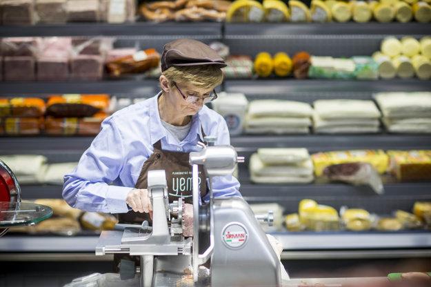 Zamestnanci supermarketu majú jednotnú uniformu.