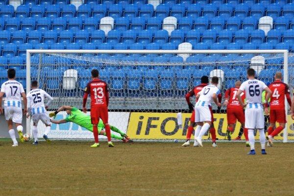 Zlomový moment zápasu. Brankár Penksa vystihol penaltu Gatarićovi.