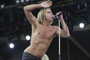 S obľubou vystupuje do pol pása nahý. Iggy Pop akoby ignoroval nezvratné zákony prírody.