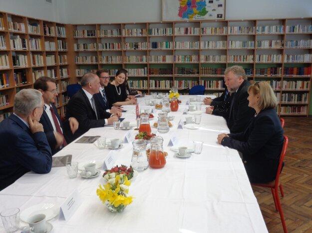 Prezident Andrej Kiska s vedením šalianskeho gymnázia.