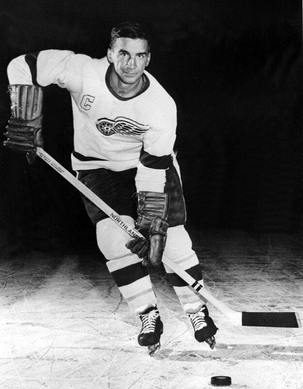 Na archívnej snímke z roku 1956 pózuje hokejista Detroitu Red Wings Ted Lindsay.