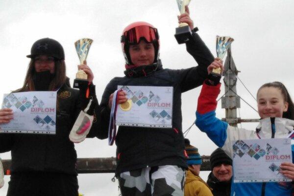 Katarína Šrobová (vpravo) skončila v obľúbenom obrovskom slalome iba tretia.