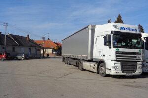Kamióny anákladné vozidlá prechádzajú obcami aj včase víkendov anočných hodín.