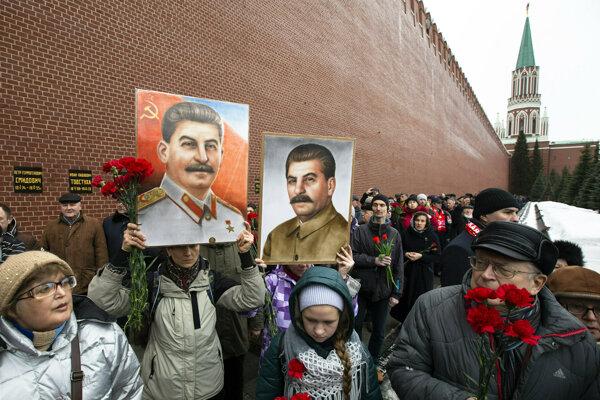 Podporovatelia Stalina na červenom námestí v Moskve.