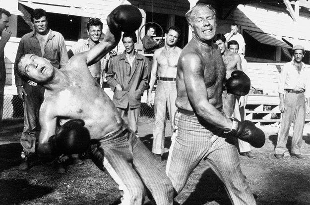 Paul Newman a George Kennedy v scéne z filmu Frajer Luke