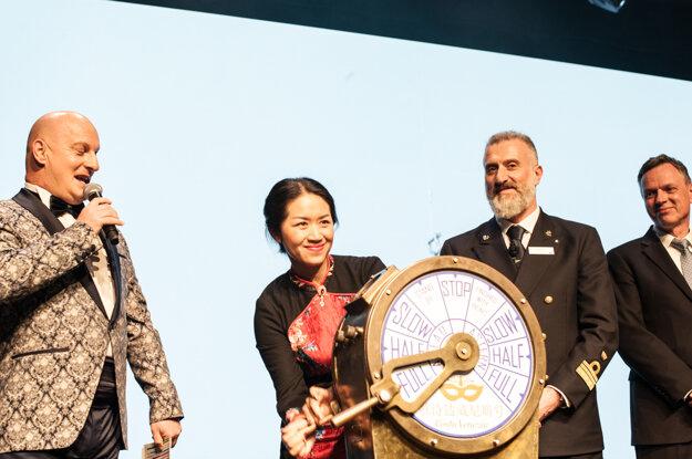 Zhou Zhang oficiálne pokrstila loď za prítomnosti jej kapitána