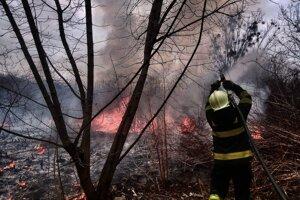 Vypaľovanie trávy môže skončiť rozsiahlym požiarom.