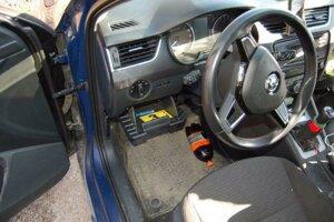 Dvojicu policajti zastavili na osobnom motorovom vozidle Škoda Octavia na ceste na okraji Žiliny.