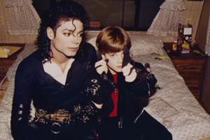James Safechuck mal desať, keď sa začal stretávať s Michaelom Jacksonom.