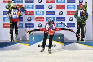 Anastasia Kuzminová sa teší z titulu majsterky sveta v šprinte na MS v biatlone 2019.