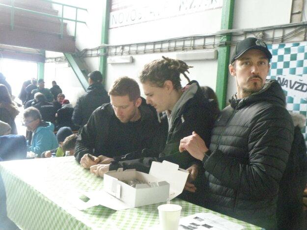 Pri podpise Tomáš Pospíšil, prvý sprava Radim Hruška.