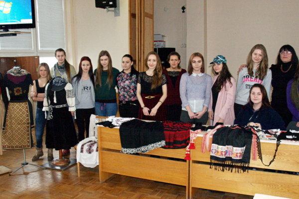 Tradičné výšivky inšpirovali študentky odevného dizajnu.