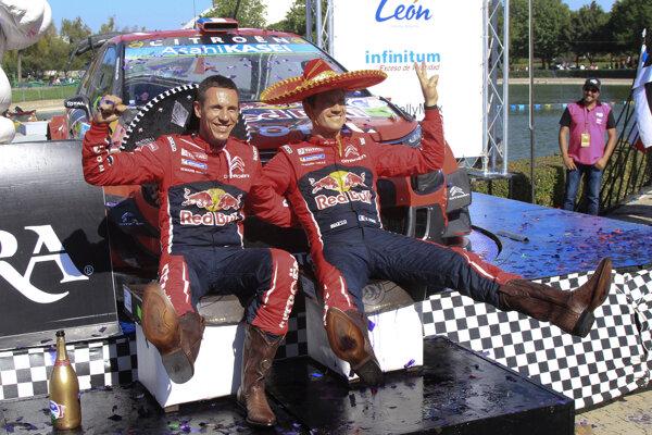 Sebastien Ogier (vpravo) so svojim spolujazdcom Julienom Ingrassiom.