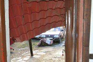 Spadnutá strecha pred vchodom do domu.