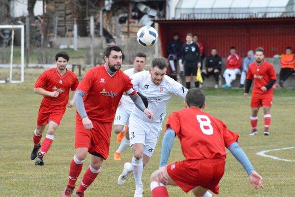 Rišňovce (v bielom) aj Výčapy-Opatovce odohrali zhodne prvý bezgólový zápas v tejto sezóne.