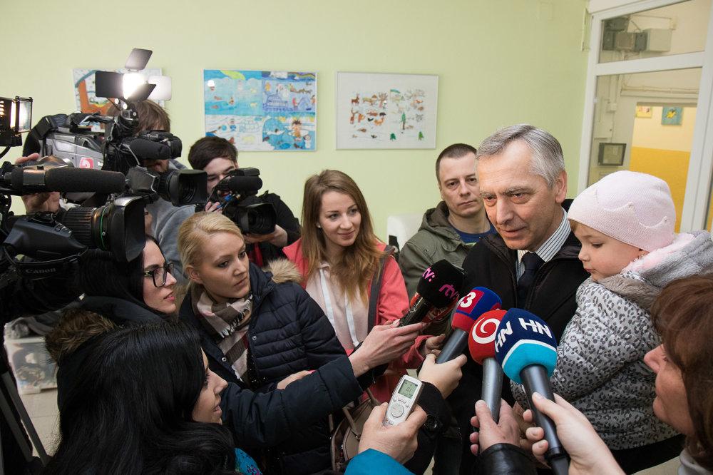 Predseda KDH Ján Figeľ pred médiami po odvolení v Bratisla.