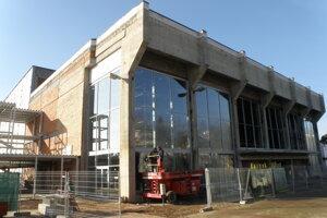 Stavba má aj nové okná.
