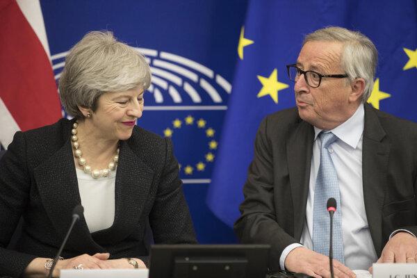 Theresa Mayová so šéfom Európskej komisie Jeanom-Claudom Junckerom.