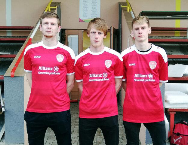 Traja bratia Švihoríkovci z Bábu v nedeľu prvýkrát nastúpili spolu v súťažnom zápase za mužov. Zľava Andrej, Jozef a Michael.