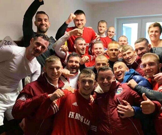 Futbalisti Trstíc prekvapili v Janíkoch. Víťazstvo venujú prezidentovi Františkovi Szabóovi k narodeninám.