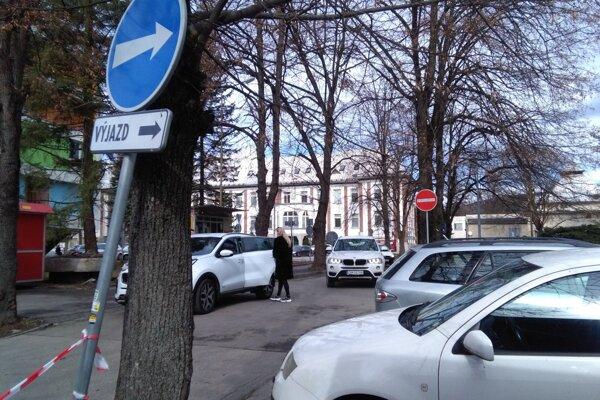 Ľudia, ktorí prídu na vyšetrenie, nemajú kde parkovať.
