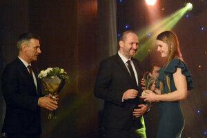 A. Filipová (vpravo) si preberá ocenenie v ankete ŠOK 2018.