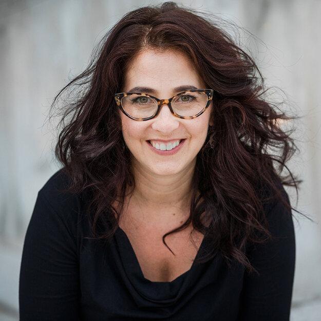 Marci Shorová vyučuje históriu na Yalovej univerzite, venuje sa európskej kultúre a intelektuálnej histórii.