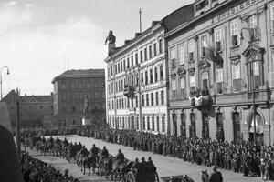 Na fotografii z marca 1940 ešte vidno na Korunovačnom námestí Štefánikovu sochu aj leva ako symbol československej štátnosti. Toho o niekoľko týždňov zhodili.