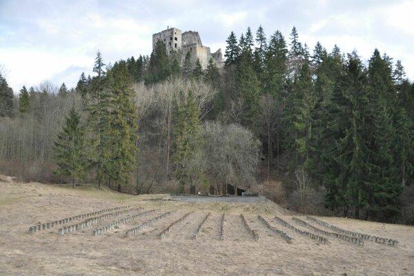 Nad pozostatkami amfiteátra pod Likavským hradom ľudia špekulujú.