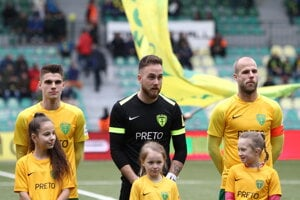 Vladimíra Majdana (vľavo) na zápas proti Zlatým Moravciam vyprevádzala sestra Eliška.