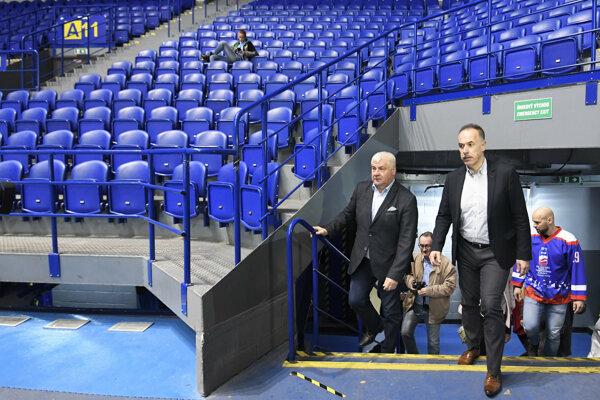 Na snímke zľava minister dopravy a výstavby SR Árpád Érsek (Most-Híd), riaditeľ organizačného výboru 2019 IIHF MS v ľadovom hokeji Igor Nemeček a bývalý hokejista Jiří Bicek počas prehliadky štadióna.