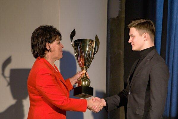 Primátorka Zvolena Lenka Balkovičová odovzdáva pohár absolútnemu víťazovi ankety Pavlovi Szolárovi.
