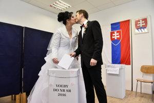 Ženích Ondrej Šulc a nevesta Petra Schönová prišli odvoliť v Dubnici nad Váhom.