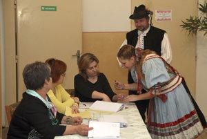 Členovia folklórneho súboru v Martovciach.