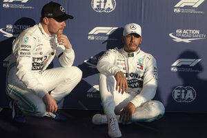 Lewis Hamilton (vpravo) a Valtteri Bottas.