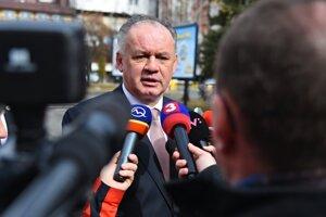 Na snímke prezident SR Andrej Kiska poskytuje rozhovor médiám po skončení volebného aktu počas 1. kola prezidentských volieb pred volebnou miestnosťou v Poprade 16. marca 2019.