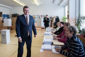 Ako prvý z kandidátov prišiel voliť Maroš Šefčovič.