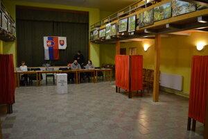 Volebná miestnosť v Medzanoch.