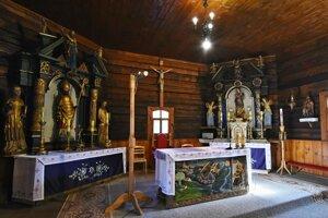 Oltáre v  Rímskokatolíckom kostole Nepoškvrneného počatia Panny Márie v obci Hraničné.