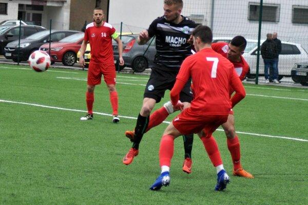 Pov. Bystrica (v červenom) sa vonku revanšovala za minulotýždňovú prehru.
