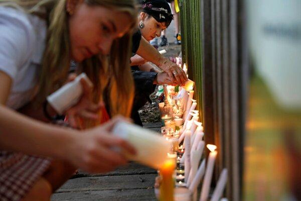 Ľudia spomínajú na obete útoku v Christchurch.