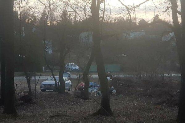 Vodičovi strieborného auta neprekážalo, že na mieste chýba kontajner. Svoj odpad aj tak vyhodil pri lese.