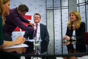 Kandidáti druhého kola Zuzana Čaputová a Maroš Šefčovič pred diskusiou v štúdiu SME s moderátorkou Zuzanou Kovačič Hanzelovou.