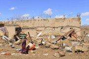 Chlapec prechádza okolo domu zničeného po prudkých dažďoch v Afganistane.