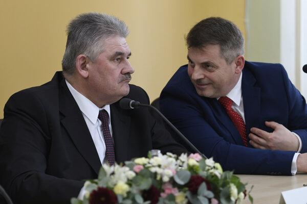 Minister práce, sociálnych vecí a rodiny SR Ján Richter (vľavo) chce riešiť agresivitu klientov ÚPSVaR v Sabinove a Lipanoch.