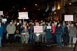 Pri Dolnej bráne sa vo februári protestovalo proti Andrejovi Dankovi (SNS).